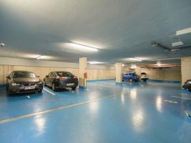 33 Poliklinika Karlov - garáž pro klienty a personál